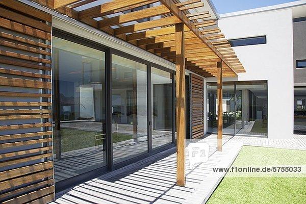 Bedecken modern pergola veranda wohnhaus lizenzfreies for Veranda englisch