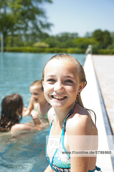 lächeln,Schwimmbad,Mädchen - Lizenzpflichtiges Bild