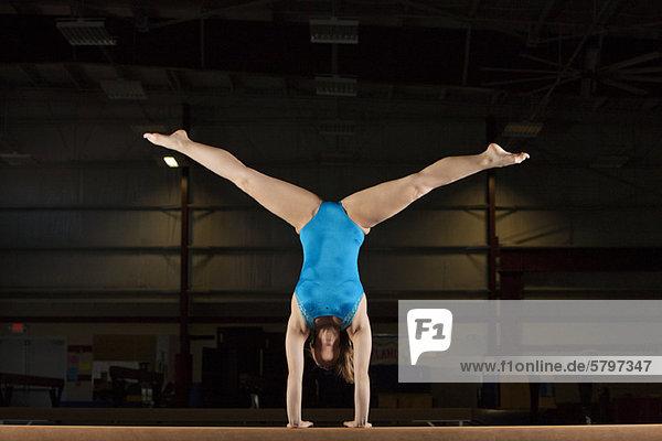 Kunstturnerin tuend Handspiel mit Beine split