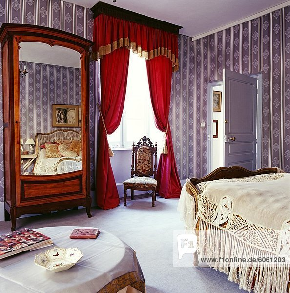 fenster gem tlichkeit lavendel rot schlafzimmer tapete lizenzpflichtiges bild bildagentur. Black Bedroom Furniture Sets. Home Design Ideas