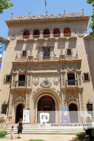 Fassade frontal  Argentinien ,Dekoration ,Eingang ,Fassade ,Frau ,frontal ,Gebäude ...