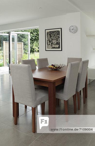 stuhl am tisch essen zimmer tisch lizenzfreies bild bildagentur f1online 7109004. Black Bedroom Furniture Sets. Home Design Ideas