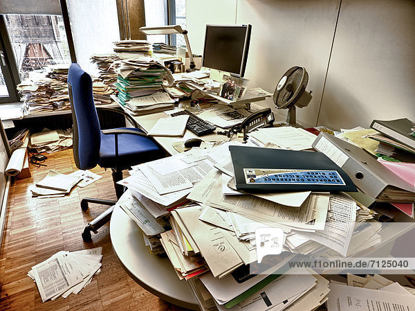 Büroarbeitsplatz chaos  Burnout-Syndrom ,Aktenordner - Behälter ,Arbeitsplatz ,Burnout ...