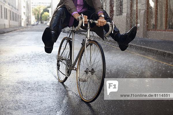 hoch, oben ,Geschäftsmann ,fahren ,Regen ,Fahrrad, Rad