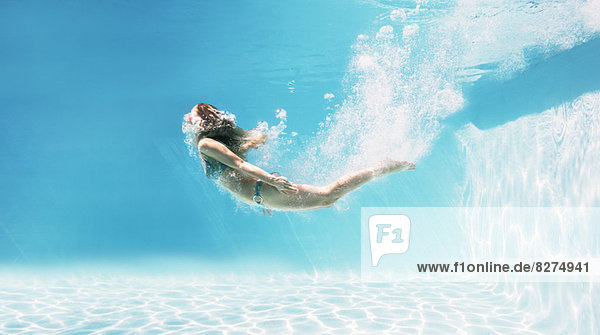 Frau,Unterwasseraufnahme,Schwimmbad,schwimmen