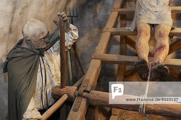 Mann wird auf der Streckbank gefoltert, realistische