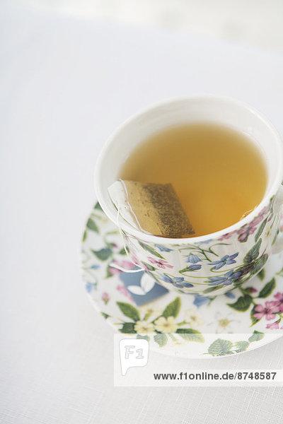Studioaufnahme ,Tasse ,Blume ,weiß ,Hintergrund ,Untertasse ,hübsch ,Tee