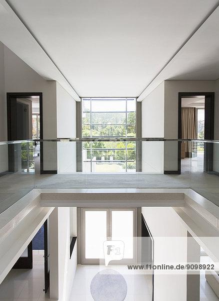 balkon eingangshalle modern offen reichtum wohnhaus lizenzfreies bild bildagentur f1online. Black Bedroom Furniture Sets. Home Design Ideas