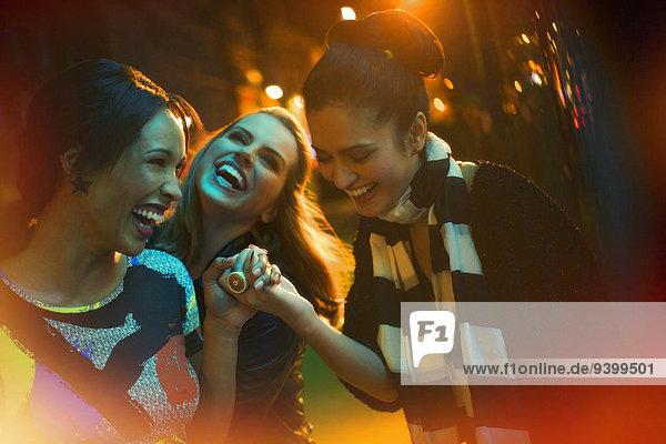 Freundschaft,lachen,Straße,Großstadt
