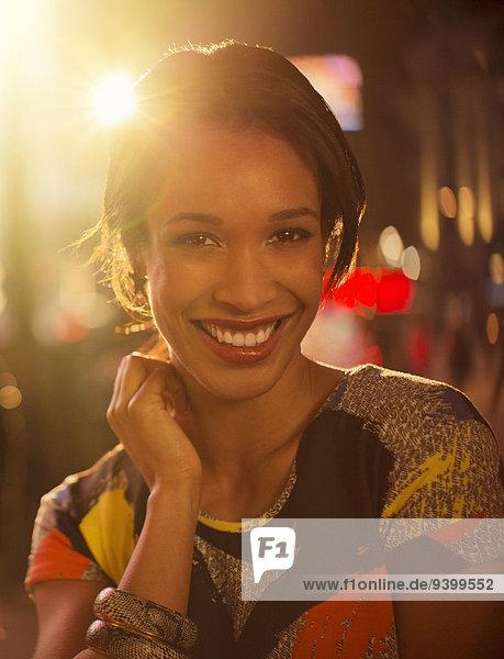 Frau,lächeln,Nacht,Straße,Großstadt