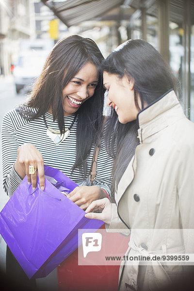 Zusammenhalt,Frau,sehen,Tasche,Straße,Großstadt,kaufen,blättern