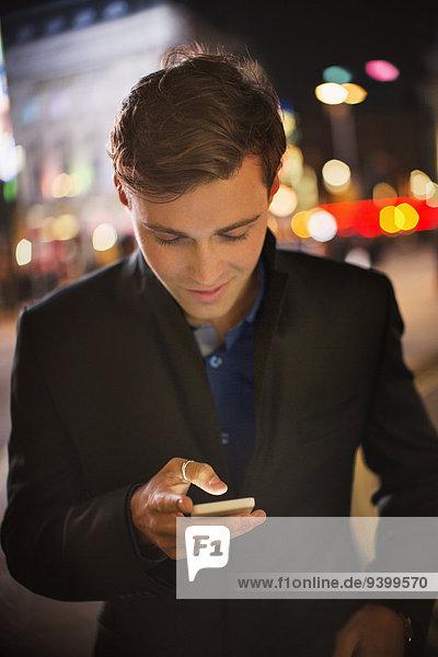 Handy,benutzen,Mann,Nacht,Straße,Großstadt