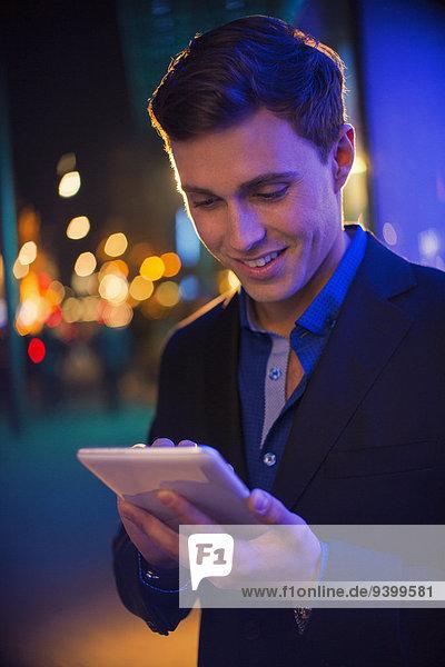 benutzen,Mann,Nacht,Straße,Großstadt,Tablet PC