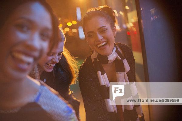 Freundschaft,Nacht,Straße,Großstadt,spielen