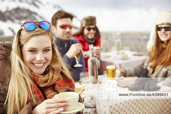 Zusammenhalt,Freundschaft,Getränk,Schnee
