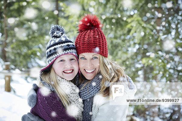 umarmen,Tochter,Mutter - Mensch,Schnee