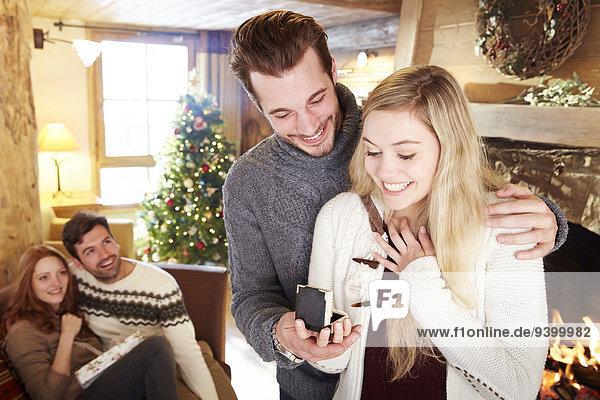 Mann,Freundin,geben,Weihnachten,Schmuck