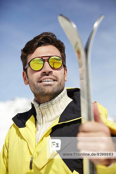 Außenaufnahme,Mann,Ski,halten,freie Natur