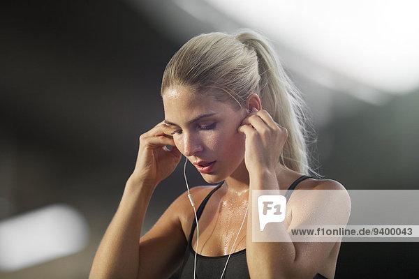 Frau,zuhören,Kopfhörer,üben