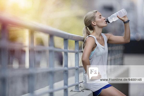 Wasser,Frau,üben,Straße,Großstadt,trinken