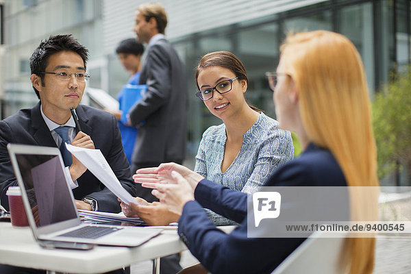 sprechen,Mensch,Menschen,Außenaufnahme,Tisch,Business