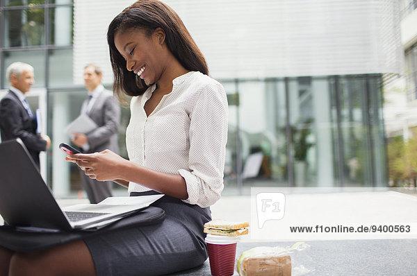 Handy,sitzend,benutzen,Geschäftsfrau,Sitzbank,Bank
