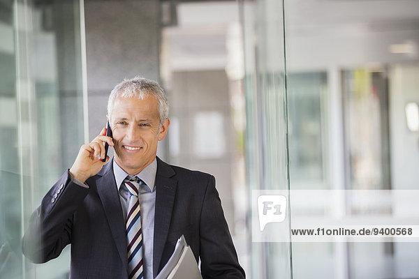 Handy,sprechen,Geschäftsmann,Gebäude,Büro
