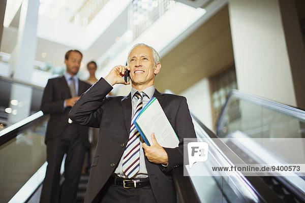 Rolltreppe,Handy,sprechen,Geschäftsmann,gehen