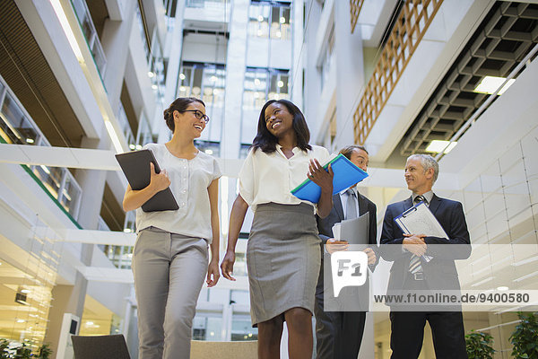 Zusammenhalt,Mensch,Büro,Menschen,gehen,Gebäude,Business