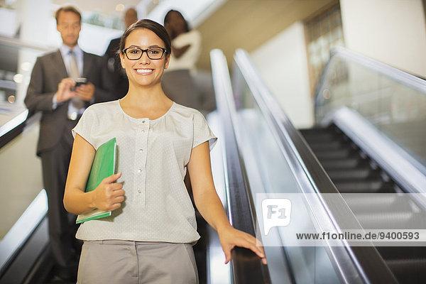 Rolltreppe,Geschäftsfrau,gehen,Gebäude,Büro