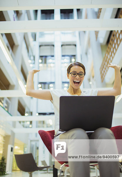 Geschäftsfrau,Begeisterung,Gebäude,Büro,bekommen