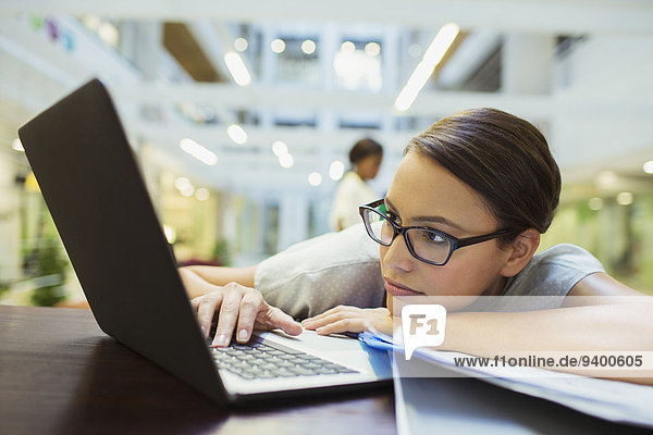 Geschäftsfrau,Notebook,Entspannung,Gebäude,Büro