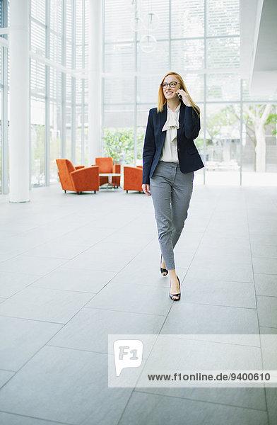 Handy,Geschäftsfrau,sprechen,Gebäude,Büro