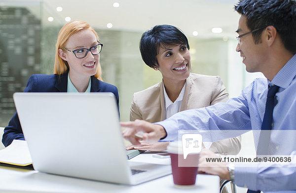 Mensch,Notebook,Büro,Menschen,geselliges Beisammensein,Gebäude,Cafe,Business
