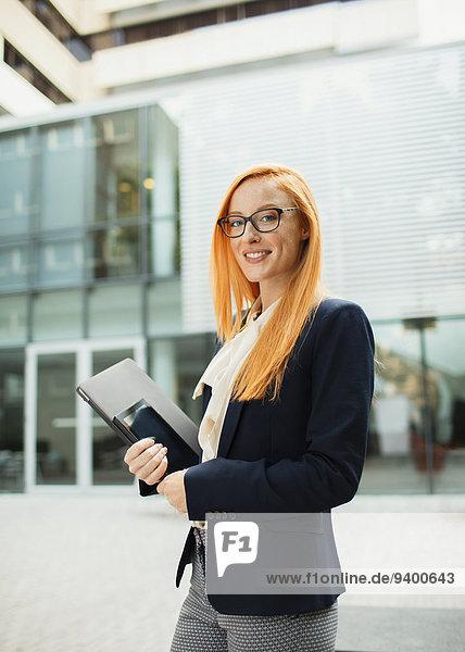 Außenaufnahme,Geschäftsfrau,gehen,Gebäude,Büro