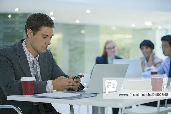 Handy,benutzen,Geschäftsmann,Gebäude,Cafe,Büro