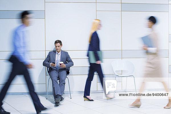 Handy,sitzend,benutzen,Geschäftsmann,Gebäude,Büro