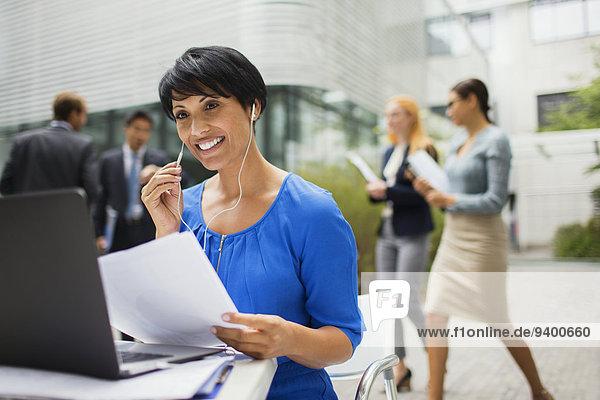 Geschäftsfrau,sprechen,Gebäude,Headset,Büro,Tisch