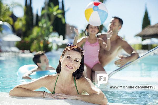 Portrait,Frau,lächeln,Strand,Hintergrund,Schwimmbad,Ball Spielzeug,spielen