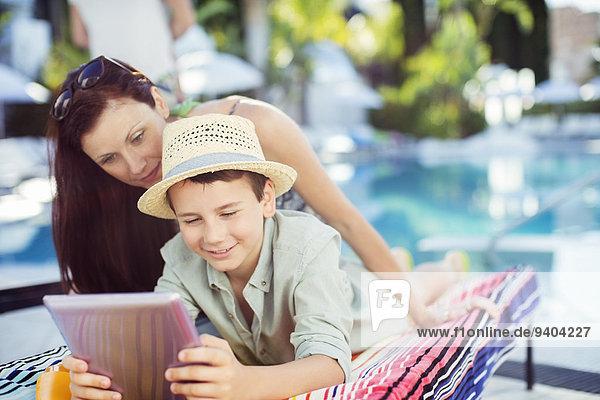benutzen,Computer,Sohn,Schwimmbad,Mutter - Mensch,Tablet PC