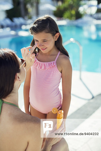 eincremen,verteilen,Creme,Salbe,Lotion,Schwimmbad,sonnenbaden,sonnen,Mutter - Mensch,auftragen