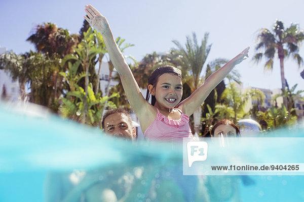 Menschliche Eltern,Schwimmbad,Tochter,spielen