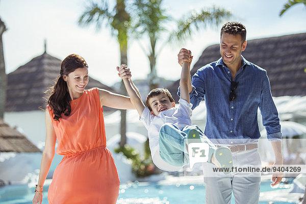 Junge - Person,Menschliche Eltern,halten,Schwimmbad