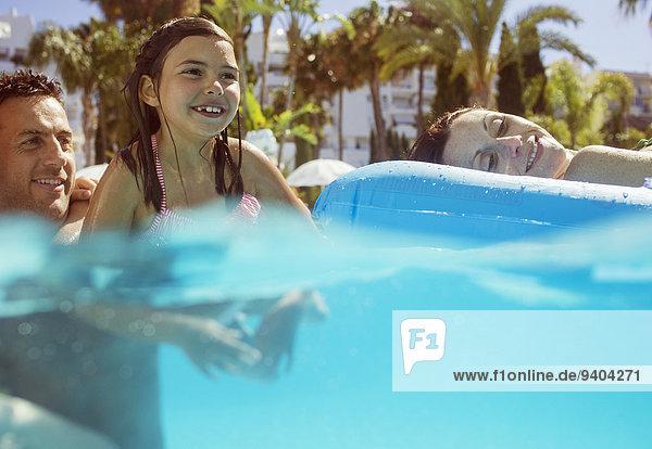 Menschliche Eltern,Schwimmbad,schwimmen,Mädchen