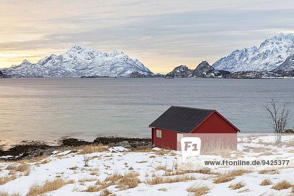 Rotes haus am fjord winterstimmung lofoten norwegen for Norwegen haus