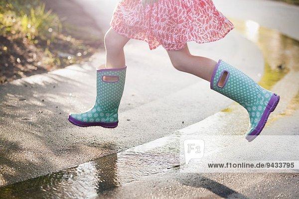Straße,Regen,springen,Pfütze,Oberkörperaufnahme,Ansicht,Mädchen