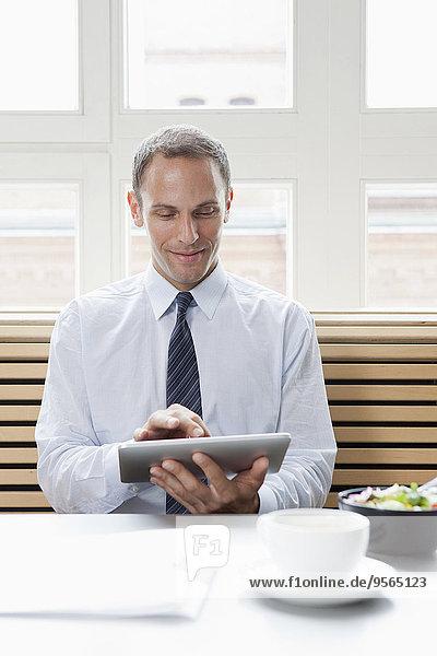benutzen,Geschäftsmann,Tablet PC,Pause,Mittagessen
