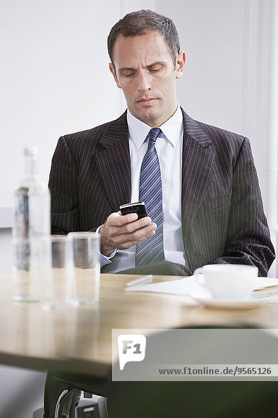 Handy,Mann,Nachricht,schlecht,schlechter Zustand,schlechtes,schlechten,schlechte,Kurznachricht,vorlesen