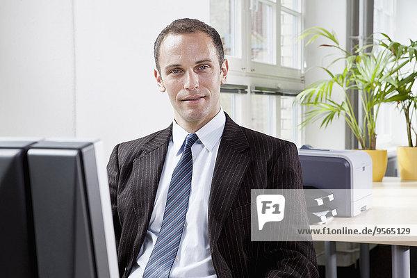 sitzend,Schreibtisch,Geschäftsmann,Büro