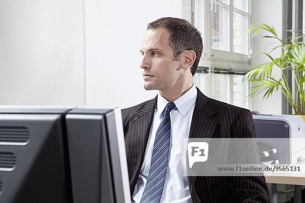 sitzend,Schreibtisch,sehen,Geschäftsmann,wegsehen,Reise